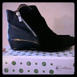 Earthies short black leather/suede boots